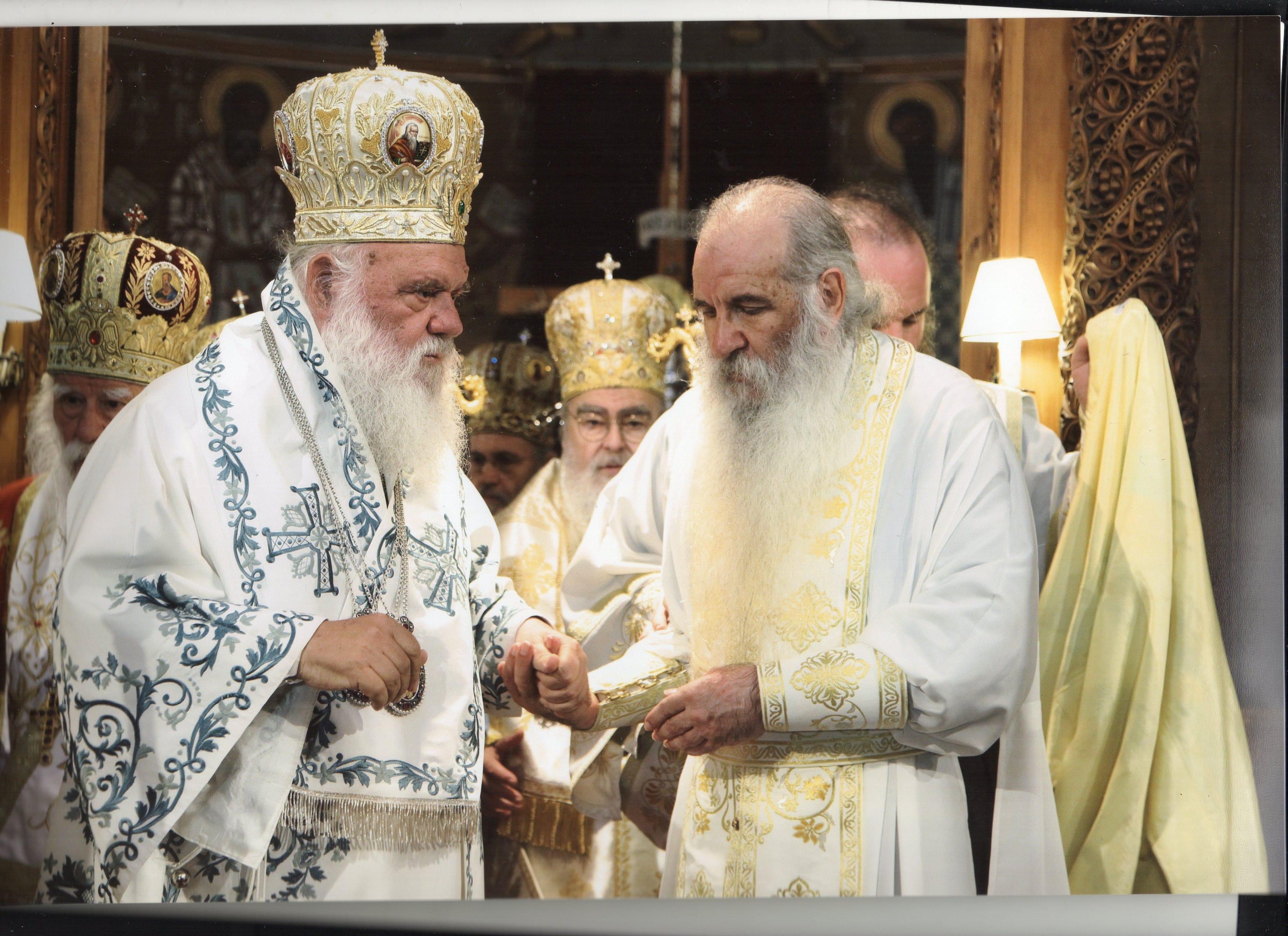 Ο Αρχιεπίσκοπος Ιερώνυμος (αριστερά) με τον Μακαριστό Μητροπολίτη Κεφαλλονιάς Φωκά.