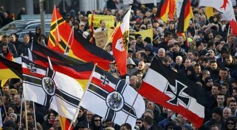 Εικόνα από τη συγκέντρωση στην Κολωνία το Σάββατο με συνθήματα... κατά της βίας της γυναικών... (κάπου μεταξύ των σημαιών σαφούς ιδεολογικής τοποθέτησης) (Φωτογραφία: Reuters )
