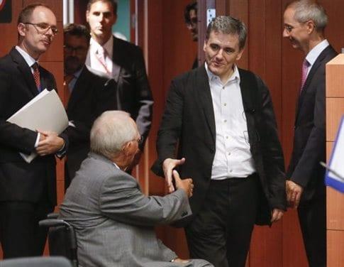 Ο Ευκλείδης Τσακαλώτος σε παλαιότερη συνάντηση με τον γερμανό ομόλογό του   (Φωτογραφία:  ΑΠΕ )