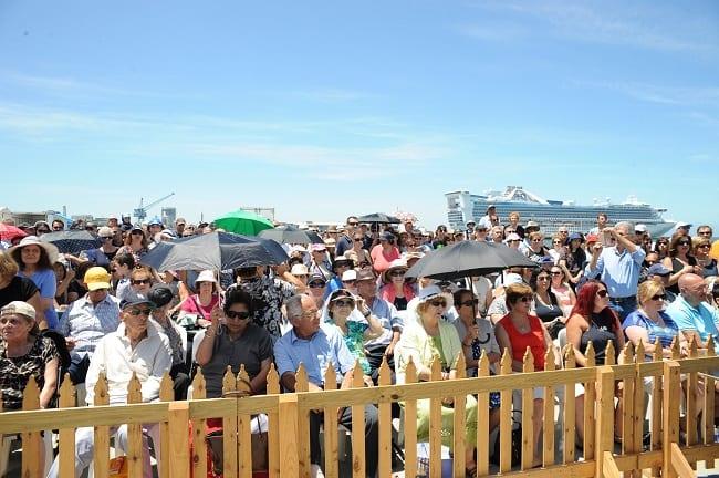 Πλήθος κόσμου στο Port Melbourne. Φώτο: Κώστας Ντεβές