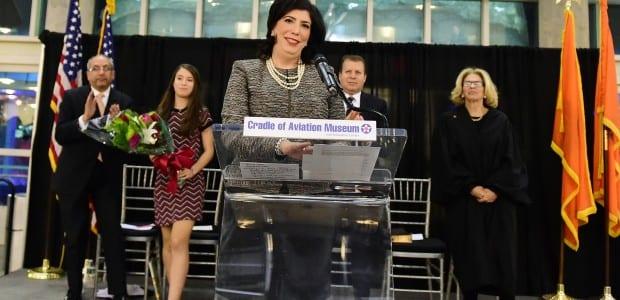 Στιγμιότυπο από την ορκωμοσία της Μαγδαλινής Σιγκα ως ισαγγελέως ολόκληρης της Νέας Υόρκης. (Η φωτογραφία δημοσιεύθηκε στο ekirikas.com).