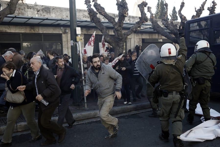 Αστυνομικοί απωθούν μέλη του ΠΑΜΕ έξω από την Βουλή κατά τη διάρκεια της πορείας μελών του ΠΑΜΕ, στο πλαίσιο της διαμαρτυρίας για το νέο ασφαλιστικό, Παρασκευή 8 Ιανουαρίου 2016. Η ένταση ξέσπασε στο ύψος των λουλουδάδικων όταν μέλη του ΠΑΜΕ θέλησαν να κατευθυνθούν προς το Μέγαρο Μαξίμου. Η αστυνομία δεν τους επέτρεψε τη διέλευση και ύστερα από άκαρπες διαβουλεύσεις έγινε ρίψη χημικών και βομβίδων κρότου λάμψης. ΑΠΕ-ΜΠΕ / ΑΠΕ-ΜΠΕ / ΓΙΑΝΝΗΣ ΚΟΛΕΣΙΔΗΣ