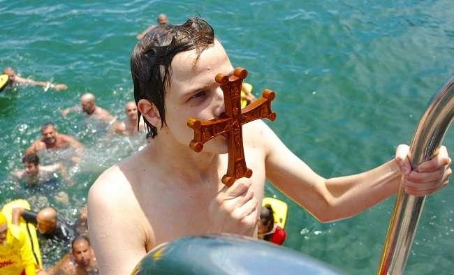 Στη Μελβούρνη τον σταυρό ανέσυρε από την θάλασσα ο 16χρονος Λουκάς Φουκάρο. Φώτο: Κ. Ντεβές