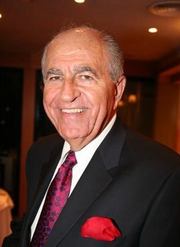 Ο πρόεδρος της Ελληνοαμερικανικής Ένωσης και π. Πολιτειακός βουλευτής και Πρόεδρος του Δημοκρατικού Κόμματος στο ΝΗ Κρις Σπύρου.