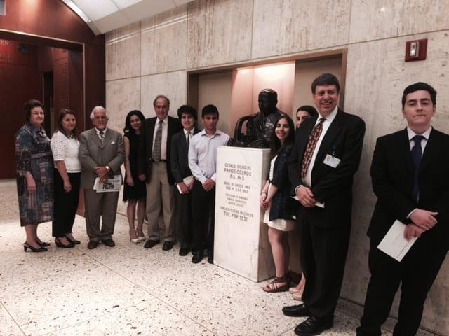 Στιγμιότυπο με όλους τους μαθητές , μέλη του Προμηθέα και ο ιατρός Σ. Μεζίτης.