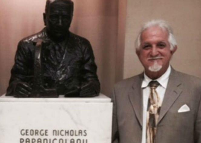 Ο καθηγητής κ. Δημ. Τριανταφύλλου δίπλα στο άγαλμα Παπανικολάου.