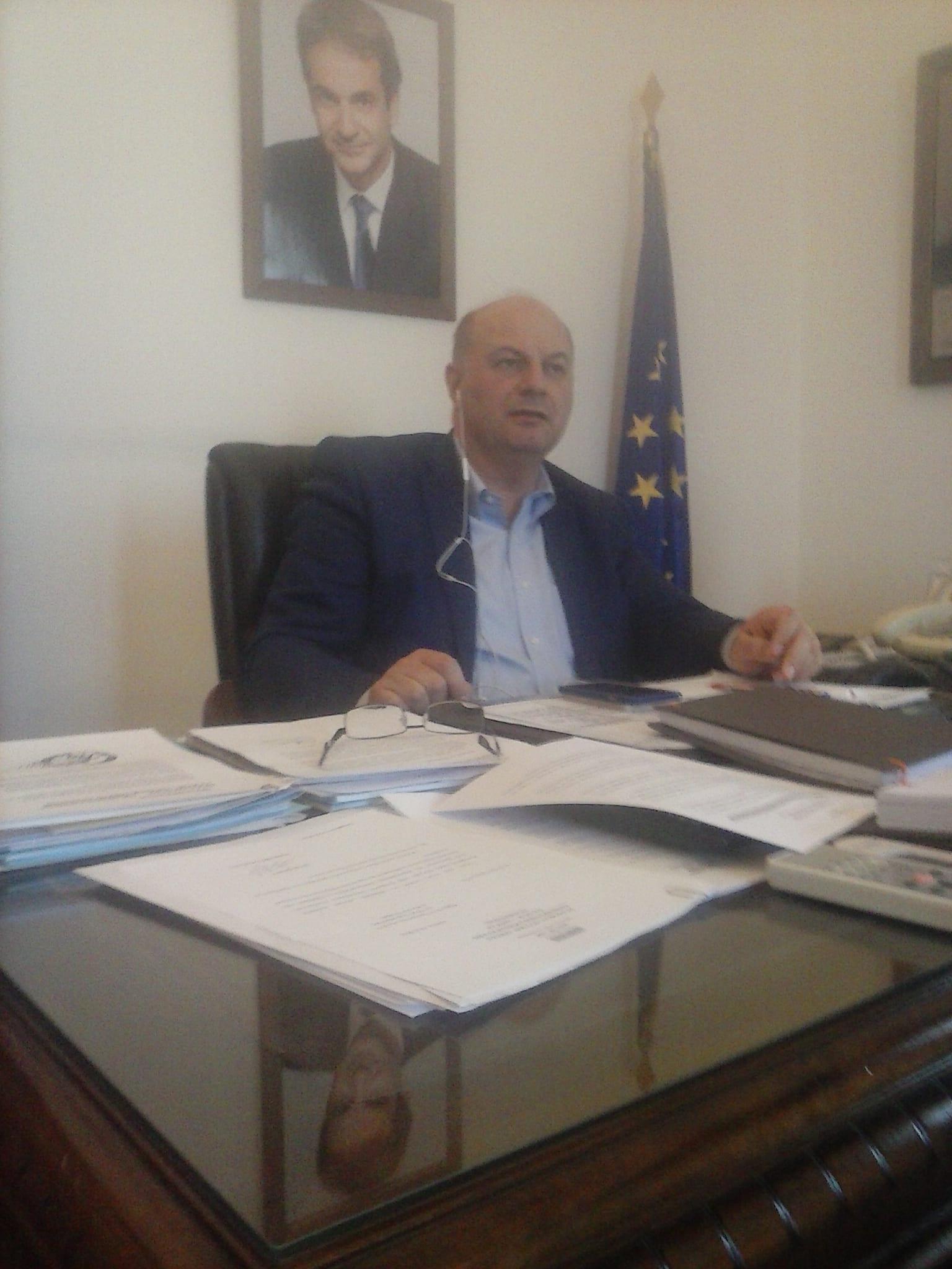 Ο Γενικός Γραμματέας της Κ.Ο. της ΝΔ, Κώστας Τσιάρας, ενημερώνεται από το Κινητό τηλέφωνο ότι εκείνη την στιγμή είχε κατατεθεί στο προεδρείο το Σχέδιο Νόμου της Νέας Δημοκρατίας για την ψήφο των Αποδήμων.